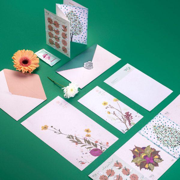کارت تبریک یا همان کارت برای نوشتن و مهر و موم کردن در پاکت اختصاصی گُلسِتان