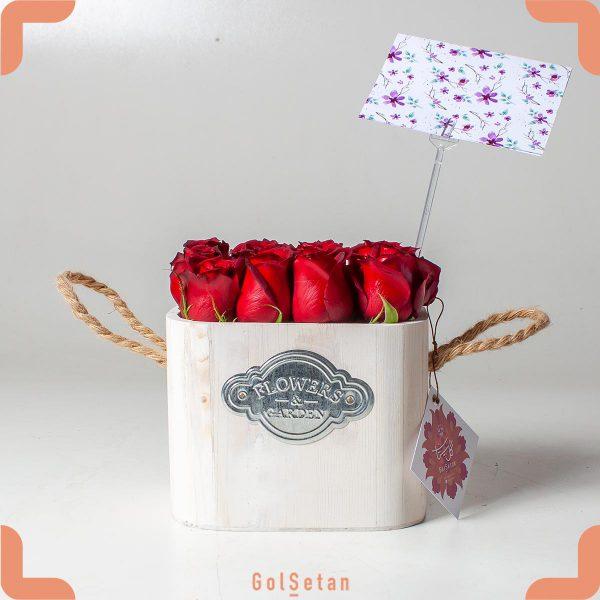 جعبه گل رز قرمز چوبی دسته دار