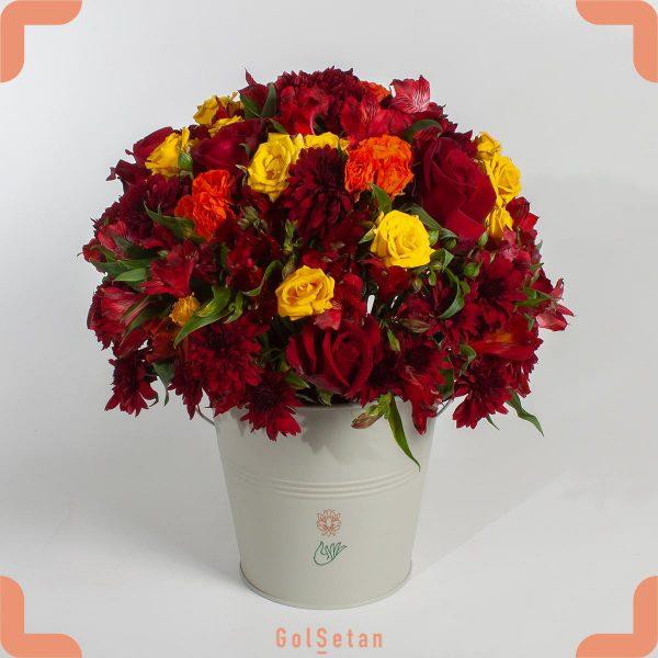 باکس گل فلزی با گلهای قرمز و زرد