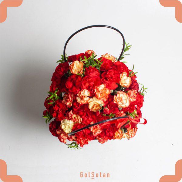 جعبه گل میخک با گلهای قرمز