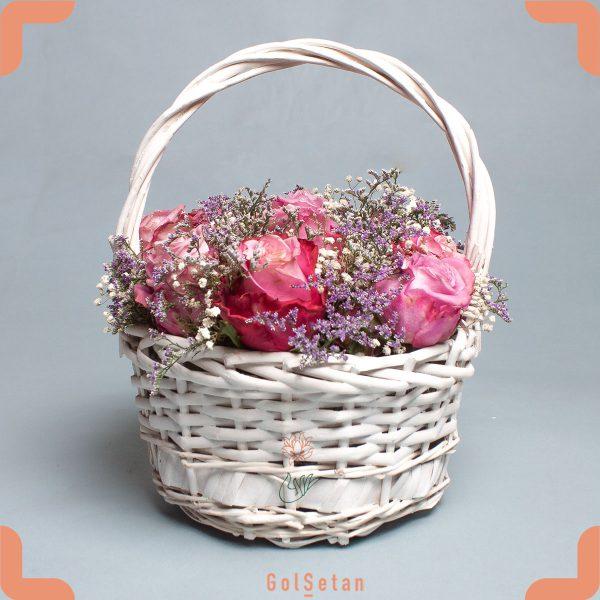 سبد گل رز و عروس با رنگ های ملایم و شاد