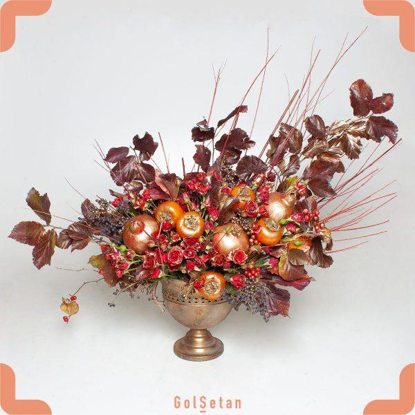 جام گل رز قرمز و میوه های پاییزی
